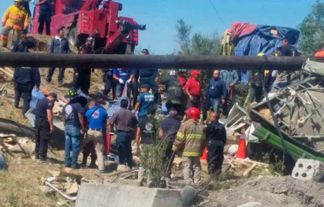 Fallecen ocho en accidente en Tepetlaoxtoc; carguero impacta microbús