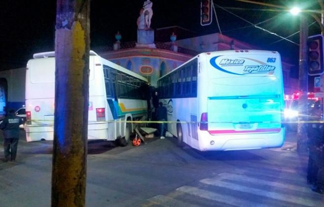 Un muerto y nueve heridos en choque de camiones en el centro de Texcoco